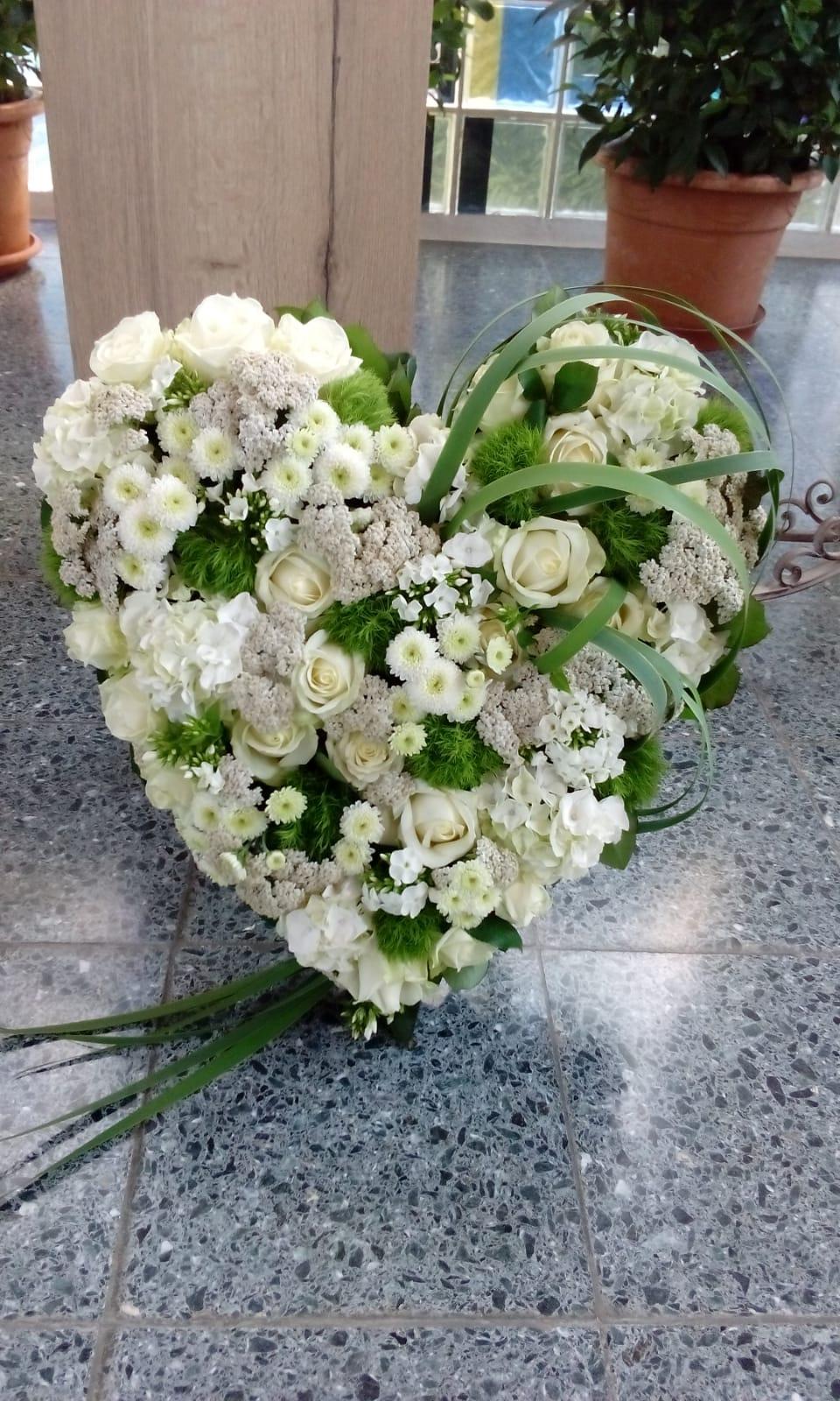 Ein Trauergesteck vorbereitet von Blumen Tinneberg Ramstein